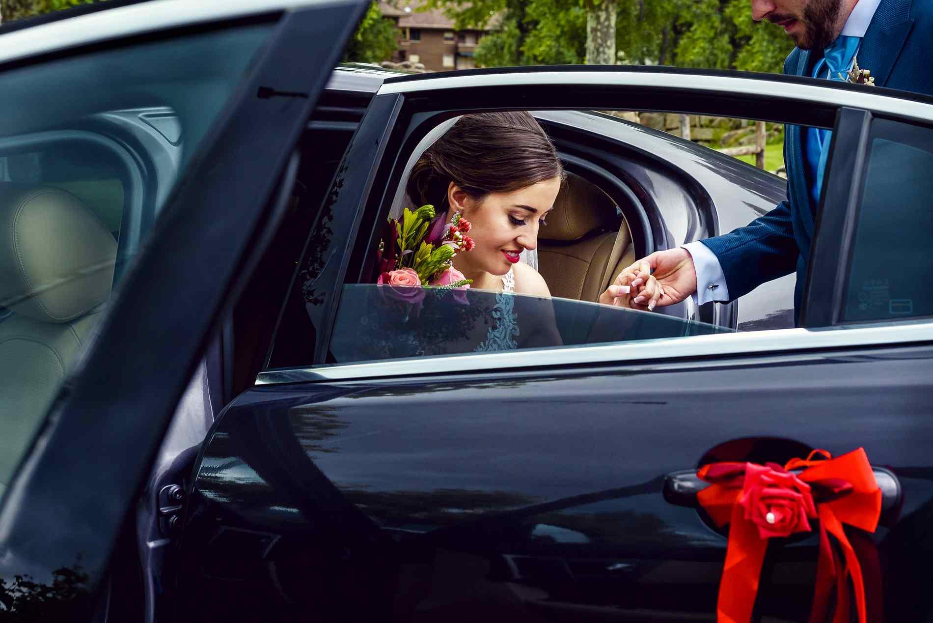 novia saliendo de coche